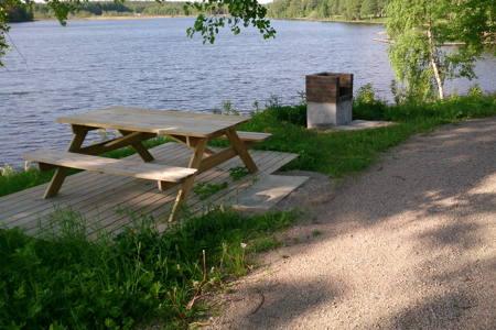 Mellan sjön och campingplatsen ligger grillplatsen