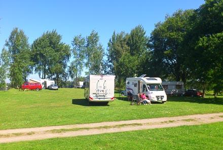 Husbilar och husvagnar på plats. Den bästa platsen för en rofylld semester