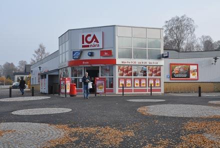 ICA-butiken ligger i centrum inom gångavstånd från campingen. Här sker in- och utcheckning