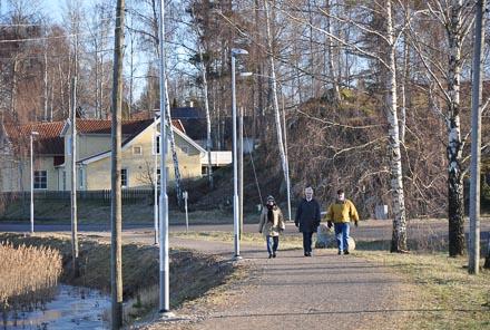 På järnvägsbanken kan man promenera längs sjökanten