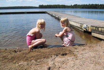 Badplatsen ligger strax intill campingplatsen